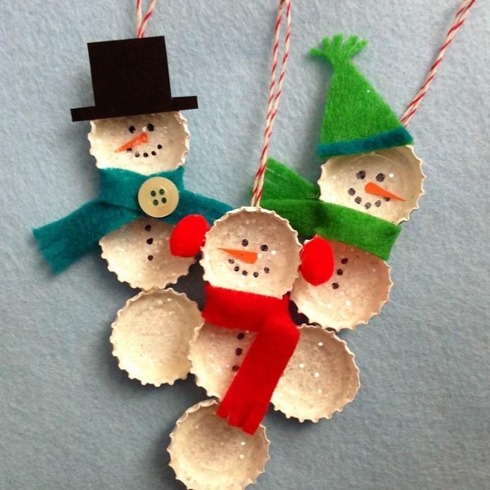 adornos navideños coon muñecos de nieves con tapas de botella recicladas