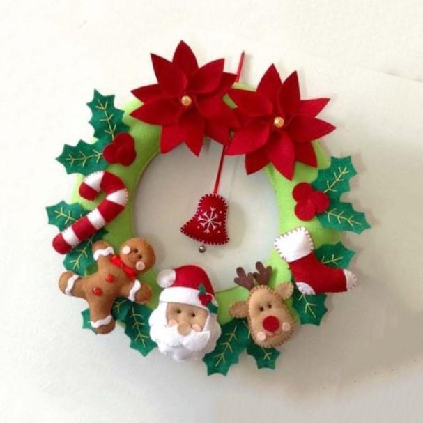 corona navideña hecha en fieltro