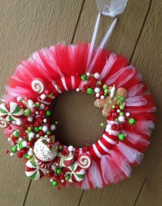Coronas navideñas de tul con dulces peluches