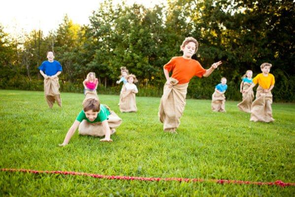 juego de la carrera de sacos juegos fiestas infantiles