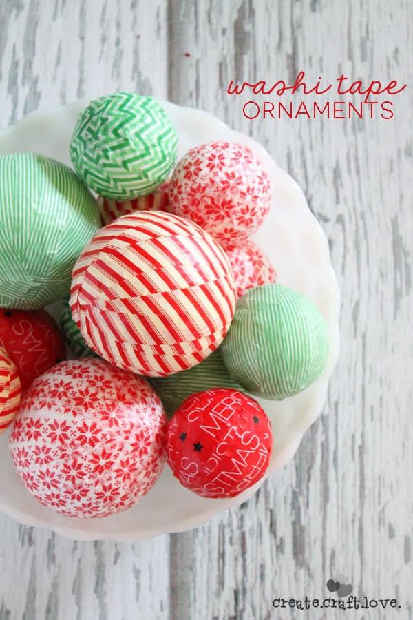 Decoración de bolas de navidad con con cintas autoadhesivas o mashi tape