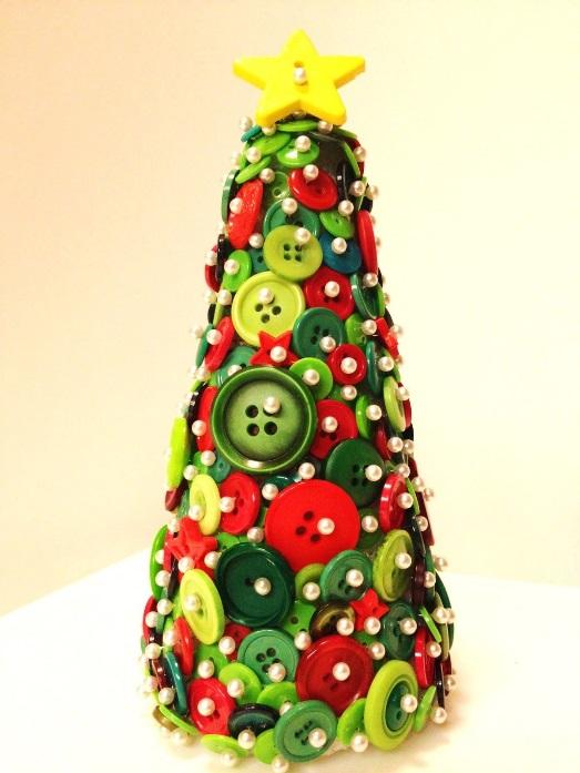adornos navideños con árbol de navidad con botones de colores