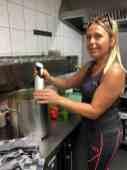 Even pureren die courgettesoep en dan bijna klaar. Margriet Udding geniet er zichtbaar van bij Café De Jachthaven Kwintsheul