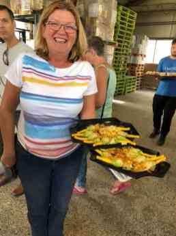 En heerlijke gevulde courgettebloemen, de specialiteit van Ewa Van Vliet- Fludra en daarachter nog de puntzakjes met kip-courgettemensel. Bij Courgettekwekerij van Vliet