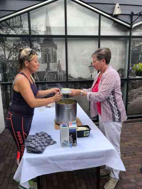 """""""Wil je een kopje courgettesoep?"""", vraagt Margriet Udding aan de eerste gelukkige fietser... Bij Café De Jachthaven Kwintsheul"""