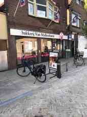Eerste stop: Bakkerij van Malkenhorst, winkel in de Voorstraat in Poeldijk