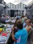 De grote pan soep wordt door Margriet Udding naar buiten gedragen bij Café De Jachthaven Kwintsheul