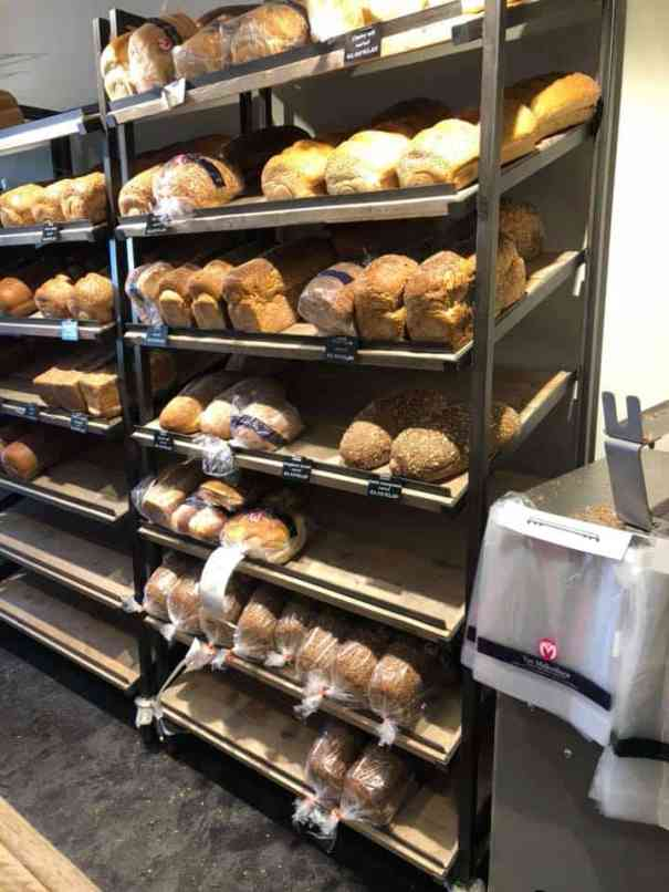 Brood halen bij Bakkerij van Malkenhorst in Poeldijk voor bij de courgettesoep