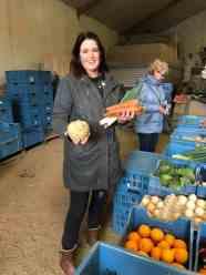 Marjon koop haar snertingrediënten bij Boer Pait Peter Hoogendonk
