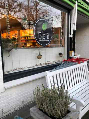 Na het snertfietsen nog snel even bij de Biefit Gezondheidswinkel langs — bij Biefit Gezondheidswinkel.