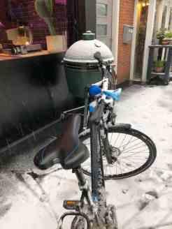 Die big green egg bij Slagerij Björn van Koppen stond onverrichter zaken sneeuw te vangen — bij Slagerij Björn van Koppen.