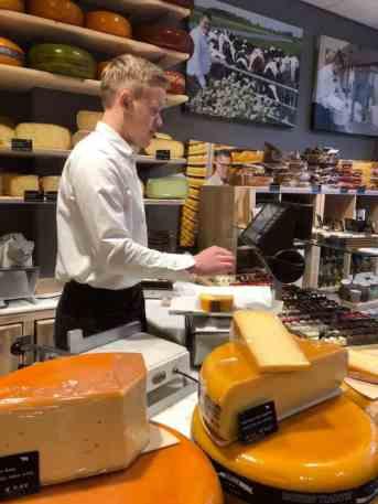 Kaasmeester Richard z'n broertje hielp me aan heerlijke kaas — bij Kaasmeester Richard.