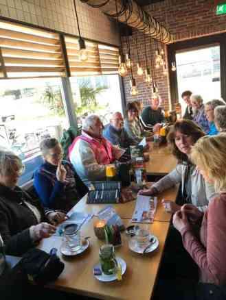Wat zullen we eens gaan eten bij Eetcafé de Witte? — bij Eetcafé de Witte.