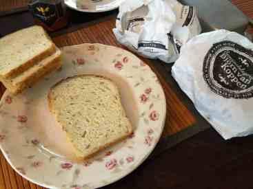 Lunch: - maïsbrood van Het Blauwe Hek - broodbeleg van Kaasmeester Richard en Slagerij Björn van Koppen - roomboter van de Biefit Gezondheidswinkel - kopje thee met honing van Vince Stroober — bij Fietsen voor m'n eten.