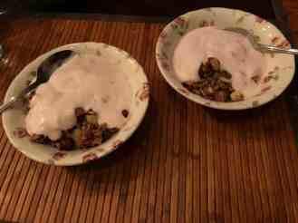 Ontbijtje: - aardbeienyoghurt van DelflandseZuivel - appelstukjes van Boer Pait Peter Hoogendonk - granola van Bakkerij Vreugdenhil — bij Fietsen voor m'n eten.