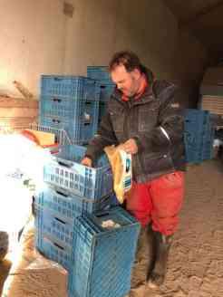 Boer Pait Peter Hoogendonk pakt dat kleine kilootje arepols voor mij voor de andijviestamppot — bij Boerderij Hoogendonk.