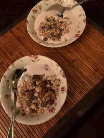 Ontbijtje: - aardbeienyoghurt van DelflandseZuivel - blauwe bessen en muesli van Biefit Gezondheidswinkel - ongebrande notenmix van Kaasmeester Richard — bij Fietsen voor m'n eten.