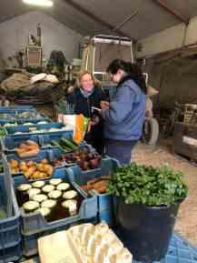 Coriza Hoogendonk helpt een perenklant aan haar overige boodschappen — bij Boerderij Hoogendonk.