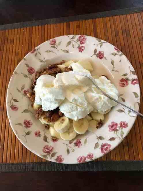 Lunch: - appeltje van Boer Pait Peter Hoogendonk - banaan en Griekse yoghurt van Biefit Gezondheidswinkel - granola van Lijfstijl diëtisten gekocht bij Bakkerij Vreugdenhil — bij Fietsen voor m'n eten.