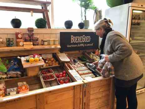 Nellie van Boeregoed vult de schappen bij met vers lekkers — bij De Carlton Tuincentrum.