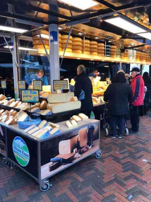 Wat een mooie nieuwe kraam van Altena Kaas op de weekmarkt in Naaldwijk — in Naaldwijk.