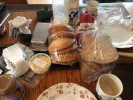 M'n lief had voor het avondbrood gezorgd: - brood en eierkoeken van Bakkerij vd Berg - melk van DelflandseZuivel - broodbeleg van Biefit Gezondheidswinkel, Poelier Jos Straathof, Kaashuis Tromp Naaldwijk, Keurslager Poleij, Santé Holland — bij Fietsen voor m'n eten.