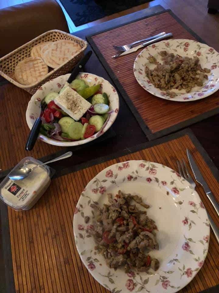 Lekker makkelijk: - shoarmapakket van ZWAARD, slagerij & traiteur - gemixte Griekse boerensalade nog over van Plaka Naaldwijk - fetakaas van Biefit Gezondheidswinkel - komkommer van Boer Pait Peter Hoogendonk - tomaten van Lanstomaten — bij Fietsen voor m'n eten.