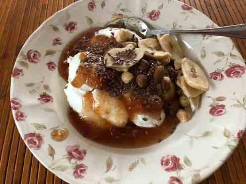 Lunch: - Griekse yoghurt, lijnzaad en bananenchips van de Biefit Gezondheidswinkel - appel-kaneel-jam van Sylvia Simons-vd Berg van Santé Holland - ongebrande notenmix van Kaasmeester Richard — bij Fietsen voor m'n eten.