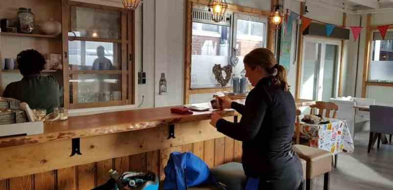 Laatste stop: Santé Holland voor het proeven van de snert van Sylvia Simons-vd Berg. Ik maak de plakjes roggebrood met katenspek klaar. — bij Santé Holland.