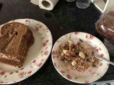 Lunchpakketje maken met brood van Bakkerij Vreugdenhil, tijdens mijn ontbijtje van aardbeienyoghurt van DelflandseZuivel met muesli van de Biefit Gezondheidswinkel en ongebrande notenmix van Kaasmeester Richard — bij Fietsen voor m'n eten.