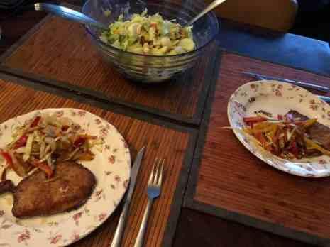 Aan de slag met het eten: - schnitzels van Slagerij Björn van Koppen - gebakken uien, sla en dubbeldooier eieren in de salade van Peter Hoogendonk van Boerderij Hoogendonk - tomaten gered van de Huishuidbeurs - paprika's en komkommers van Flower Art - dressing van de Biefit Gezondheidswinkel — bij Fietsen voor m'n eten.