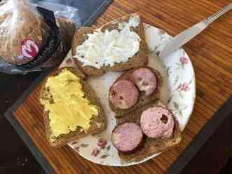 Snel lunchen met vers brood van Bakkerij van Malkenhorst, grillworst van Slagerij Björn van Koppen, smeerseltjes van Keurslager Poleij en roomboter van Biefit Gezondheidswinkel — bij Fietsen voor m'n eten.