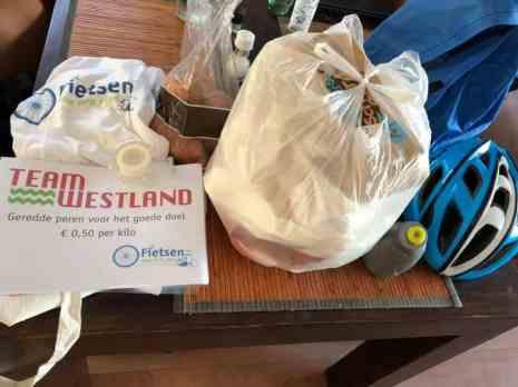 Op de trappers voor het goede doel: met zoete aardappelen voor Chantal Metten, herbruikbare zakjes voor Peter Hoogendonk, t-shirt van Fietsen voor m'n eten en A4-tjes van Team Westland naar Boerderij Hoogendonk om geredde peren te verkopen... — bij Fietsen voor m'n eten.