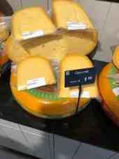 Een stuk milde kaas mee bij Keurslager Poleij — bij Keurslager Poleij.