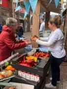 M'n moedertje ook nog even helpen aan groenten voor Team Westland — bij Kaasmeester Richard.