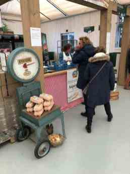 Bij de Boeregoed Farmshop in De Carlton Tuincentrum hielp Jessica Stoffels de meefietsers aan asperges — bij De Carlton Tuincentrum.