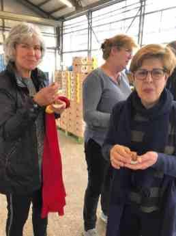 Corry en Bernadette nemen nog een zoet hapje toe, ook van gele courgette gemaakt door Ewa Van Vliet- Fludra van Courgettekwekerij van Vliet