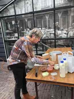 Lida maakt het brood met smeerseltjes in orde — bij De Jachthaven Kwintsheul.