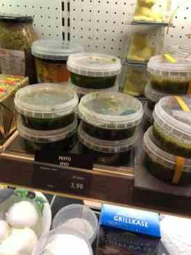 De pesto, olijfolie, roomkaas en smeerseltjes ook alvast mee bij Kaashuis Tromp Naaldwijk — bij Kaashuis Tromp Naaldwijk.