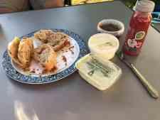 Genieten van brood van Camping De Krabbeplaat en smeerseltjes van Kaashuis Tromp Naaldwijk — bij Camping De Krabbeplaat.