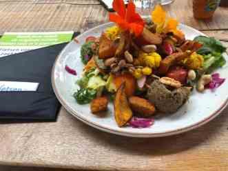 Aan een heerlijke lunch bij Op Hodenpijl na het gesprek met de mensen achter De Groenste Familie — bij Op Hodenpijl.