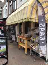 Bij Kaashandel 't Voorhuys kaas halen — bij Kaashandel 't Voorhuys.