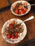 Ontbijtje: - Griekse yoghurt van Biefit Gezondheidswinkel - yoghurt van DelflandseZuivel - Aardbeien van Kwekerij de Haak - granola van Lijfstijl diëtisten — bij Fietsen voor m'n eten.