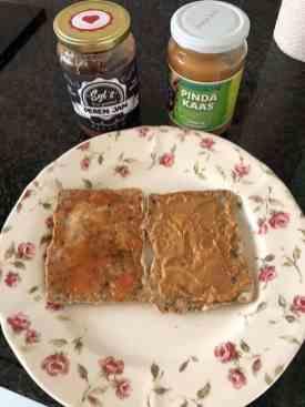 Lunch: - KarisCrackers - roomboter en pindakaas van Biefit Gezondheidswinkel - perenjam van Santé Holland — bij Fietsen voor m'n eten.