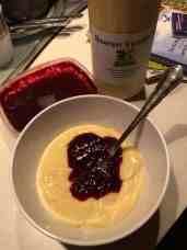 Dit heerlijke schaaltje boerenvanillevla (met spikkeltjes) van Kaasboerderij Schep met bramenpuree van mijnkrimpenerwaard.nl zorgde ervoor dat ik dit verslag nu ging schrijven... — bij Boerderijcamping De Mulderije.