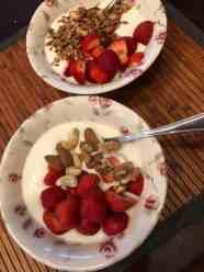 Een schaaltje DelflandseZuivel yoghurt met aardbeien van de Oudecampsweg 31, De Lier en granola van Lijfstijl diëtisten en ongebrande notenmix van de Biefit Gezondheidswinkel — bij Fietsen voor m'n eten.