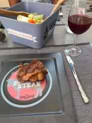 Een heerlijk stukje t-bone van Westvoornes Weidevlees met een salade van Hokke groenten en fruit en fetakaas van Kaasmeester Richard — bij Fietsen voor m'n eten.