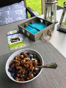 Ontbijtje 5/8: - Yoghurt van de Zuivelhoeve Dokkum - blauwe bessen van It Griene Strân - granola van Lijfstijl diëtisten — bij Boerderijcamping De Mulderije.