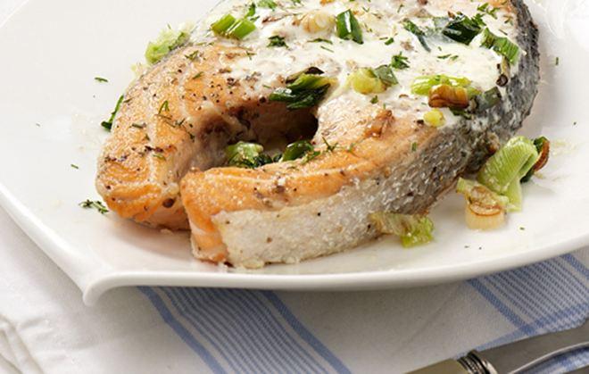 Φιλέτα σολομού με λευκή σάλτσα