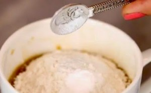 Προσθέτει αλεύρι στο στιγμιαίο καφέ: Ο λόγος; – Μόλις το δείτε θα τρέξετε στην κουζίνα σας να το κάνετε! [video]